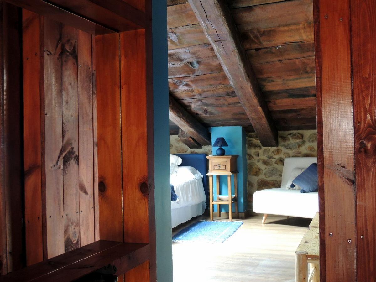 Acceso a la habitación matrimonio casa rural Linares de Mora