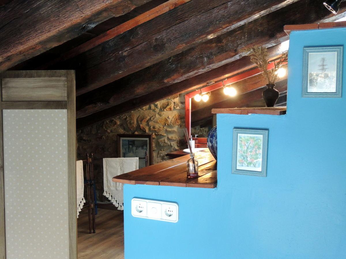 Acceso al baño habitación matrimonio casa rural Linares de Mora